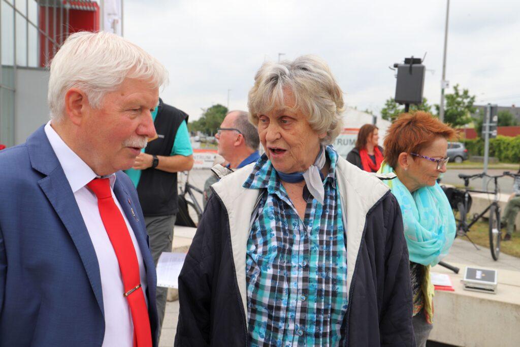 Stellv. Bürgermeister Klaus Sass im Gespräch mit Ilse Schröder, Geschichtswerkstatt