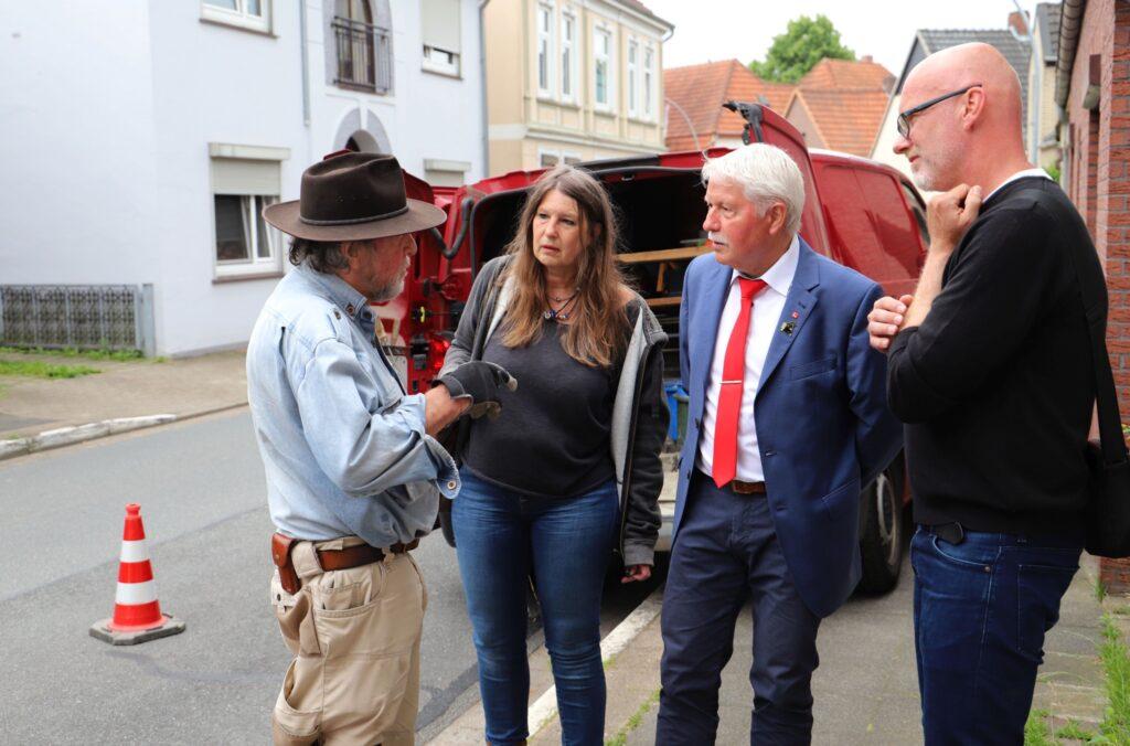 Klaus Sass im Gespräch mit Künstler Gunter Demnig Standort Sandbergstraße 27